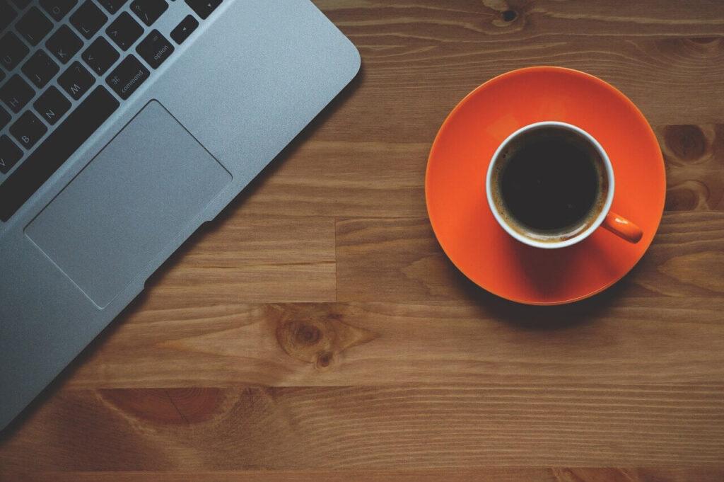 kop kaffe ved siden af computeren